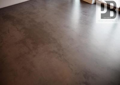 betonowa-posadzka-dekoracyjna-w-salonie-mikrocement055