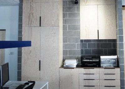 posadzka-dekoracyjna-w-biurze-mikrocement-betonowa1